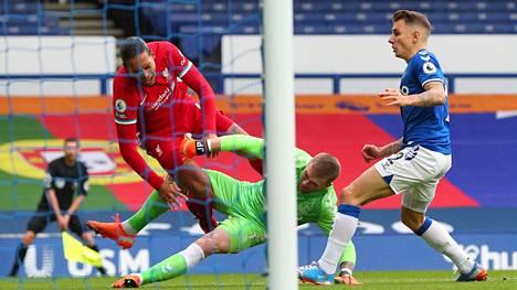 Evertonin maalivahti Jordan Pickford (vihreä paita) hyppäsi lauantaina rumasti päin Liverpoolin Virgil van Dijkin jalkoja. Hän ei saanut tilanteesta rangaistusta.