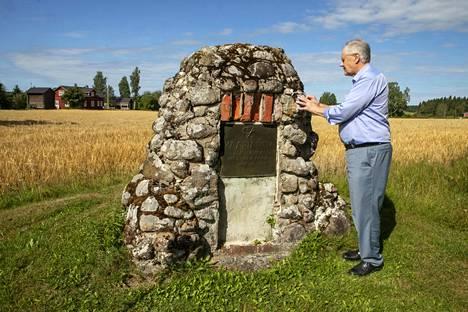 Vuonna 1947 suvun miehet pystyttivät perinnekiven suvun tilalle. Kääriälässä on ollut asutusta 1500-luvulta. Perinne on tärkeää, sanoo tilan nykyinen isäntä.