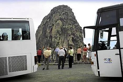 Turistit ihailevan Kolumbuksen munaksi nimettyä vuorta.