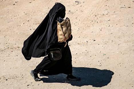 Useat naiset al-Holin leirillä suosivat niqabin kaltaisia peittäviä kasvohuntuja. Osa siksi, että kyseistä huntumallia suosittiin Isin julistamassa kalifaatissa, osa sen takia, ettei halua suututtaa Isisin ideologiaan uskovia naisia.