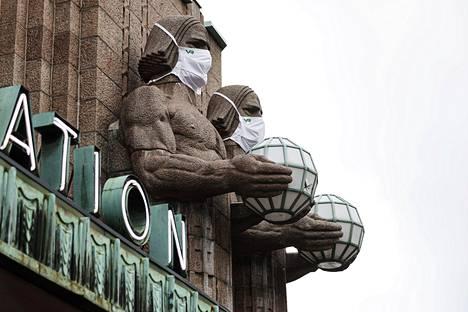 Helsingin päärautatieaseman kivimiespatsaat saivat maskit.