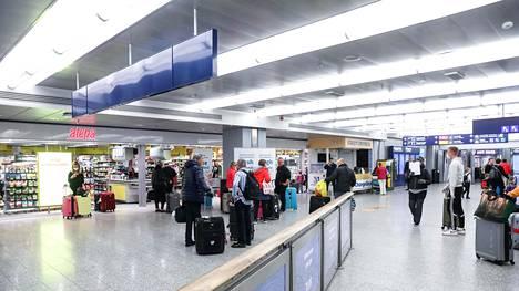 Arkistokuva Helsinki-Vantaan lentoaseman saapuvien lentojen terminaalista maanantailta.