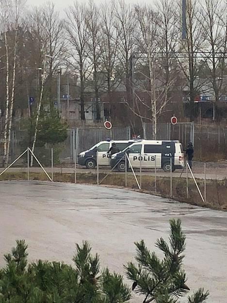 Poliiseja Espoon Karapellontien läheisyydessä.