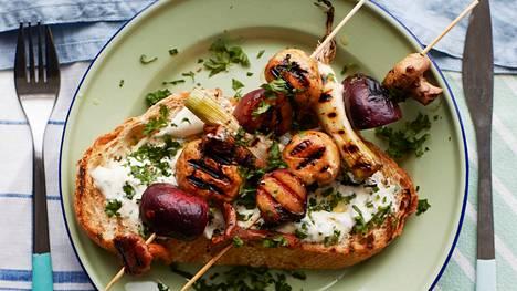 Tarjoa vartaiden kanssa vatkattua sitruunafetaa ja leipää.