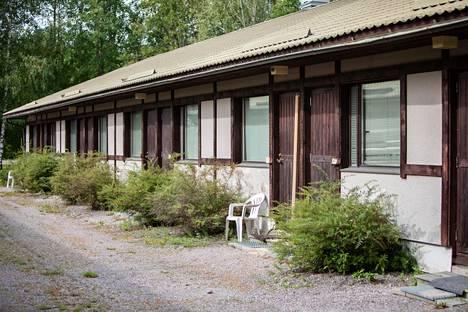 Motelli On Linen yhden huoneen ovi oli sahattu keskeltä kahtia. Poliiseja oli paikalla sunnuntai-iltana vielä senkin jälkeen, kun epäillyt ampujat saatiin kiinni Pirkanmaalla.