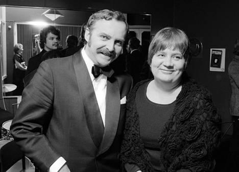 Näyttelijä Ritva Valkama miehensä Pertti Palon kainalossa oopperalaulaja Usko Viitasen 50-vuotispäivillä ravintola White Ladyssa Meilahdessa 22. helmikuuta 1978.
