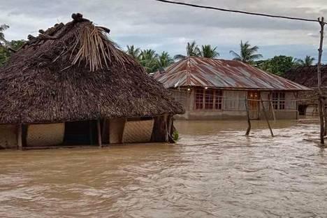 Talot olivat veden saartamia Haitimukin kylässä.