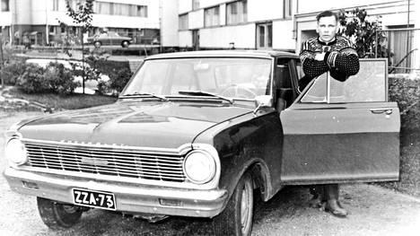 Ensio Koivunen poseeraa Chevroletinsa vieressä. Myöhemmin hän vaihtoi Dodge Dartiin, josta tuli liftarisurmien rikospaikka.