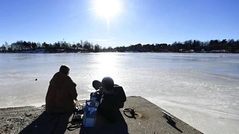 Ulkoilijat nauttivat auringosta piknikillä Mustikkamaalla Helsingissä 27. helmikuuta 2021.