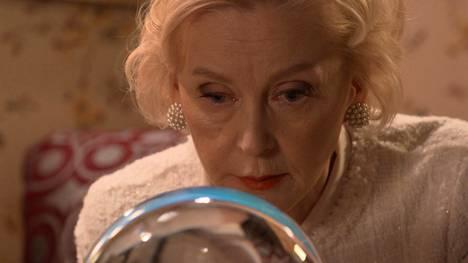 Kun Dahlia (Inkeri Mertanen) lopulta suostuu kurkkaamaan kristallipalloon, hän yllättyy näkemästään.