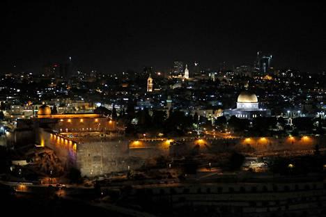 Öinen näkymä Temppelivuorelle. Vasemmalla Al-Aqsan moskeija pienempine kupoleineen, oikealla Kalliomoskeijan jyhkeä kullattu kupoli.