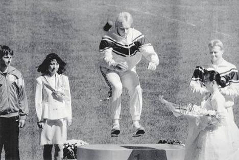 Tapio Korjus hyppäsi Soulissa vuonna 1988 korkeimmalle korokkeelle. Pronssimitalisti Seppo Räty (oik.) häntä jo sinne odottelikin.