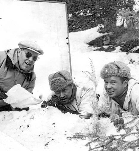 Edvin Laine ohjaa Reino Tolvasta klassiseksi muodostuneessa kohtauksessa, jossa Rokka ampuu 52 puna-armeijan sotilasta.