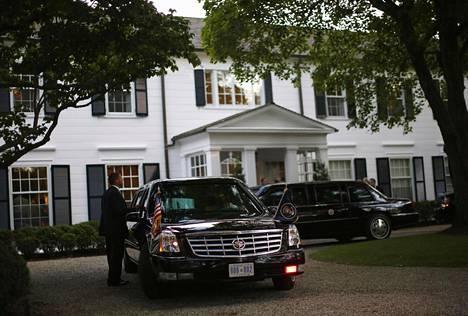 Barack Obaman auto Weinsteinin pihalla 2012. Weinstein rahoitti Obaman kampanjaa.