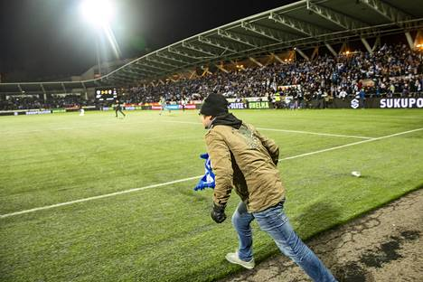 Töölössä nähtiin useampikin pieni askel Huuhkajien kannattajille, mutta suuri harppaus suomalaiselle jalkapalloilulle.