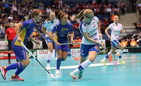 Ruotsi päihitti Suomen salibandyn MM-finaalissa Bratislavassa 2017 rangaistuslaukauskisan päätteeksi. Kuvassa myös Ruotsin Sara Steen numerolla 27.