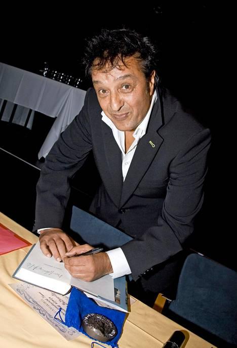 Kirjailija Veijo Baltzar kirjansa Sodassa ja rakkaudessa julkistustilaisuudessa kulttuurikeskus Caisassa 2008.