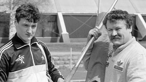 Jorma Kinnunen (oik.) valmensi poikansa Kimmon (vas.) keihäänheiton maailmanmestariksi.