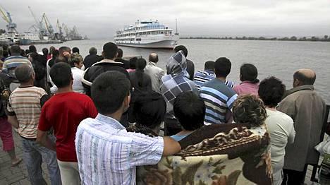 Omaiset odottavat pelastuneita kuljettavaa Arabella-laivaa.