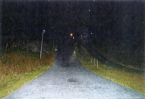 Alastulorinne kuvattuna onnettomuuden jälkeen. Poliisi on valaissut tapahtumapaikan.