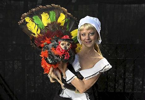 Karen Biehl on pukenut chihuahuansa Elin kiitospäivän kalkkunaksi.