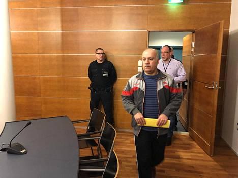 Rikoksista tuomittu mies kuvattuna Pohjanmaan käräjäoikeudessa viime vuoden tammikuussa.