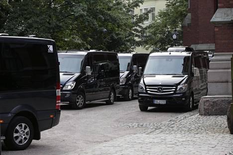 Vieraat kuljetettiin tila-autoilla kirkolta hääpaikalle.