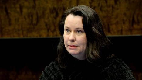Perustuslakivaliokunnan puheenjohtaja Johanna Ojala-Niemelä tiedotustilaisuudessa valiokunnan kokouksen jälkeen tiistain ja keskiviikon välisenä yönä.
