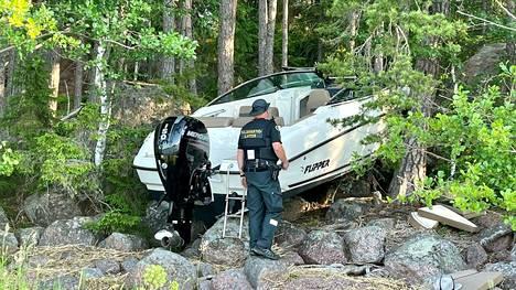 Rantakivikkoon törmännyt moottorivene Porvoon Vessölandetissa 19. kesäkuuta 2021.