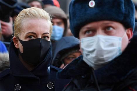 Julia Navalnaja saapui tiistaiaamuna seuraamaan oikeudenkäyntiä, jossa käsitellään hänen miehensä ehdollisen vankeustuomion muuttamista ehdottomaksi.