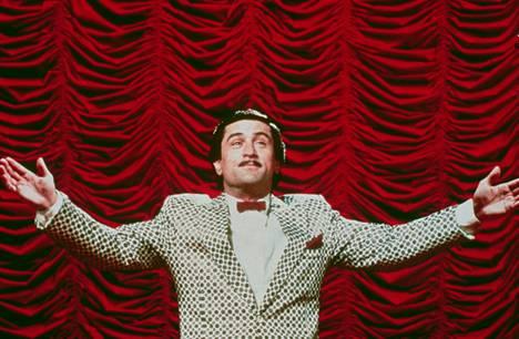 Koomikoiden kuninkaassa (1983) Robert De Niro näytteli idolinsa talk show -ohjelmaan haluavaa epävakaata stand up -koomikkoa.