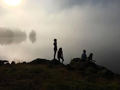 Kilpailun toinen sija meni Antti Törmälän kuvalle, jossa on lapsia veden äärellä