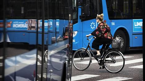 Pyöräilijöiden pitäisi väistää Helsingissä Musiikkitalon nurkalla molemmista suunnasta tulevia autoja. Aina niin ei käy. Autot pysähtyvät usein suojatien edessä ja laskevat pyöräilijän tien yli, vaikka autoilla olisi etuajo-oikeus.