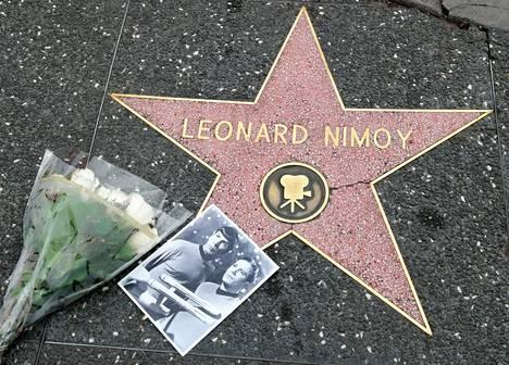 Fanit jättivät kukkia ja kortteja Nimoyn tähden kohdalle Hollywoodissa.