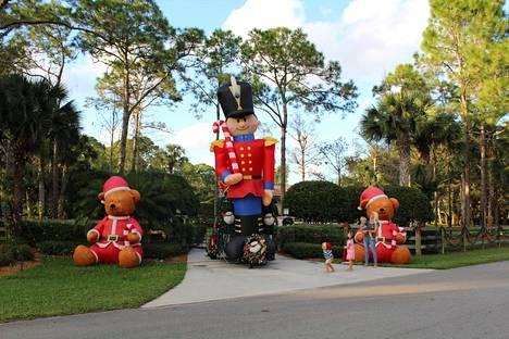 Floridalaisten pihat ovat täynnä toinen toistaan hauskempia puhallettavia hahmoja.