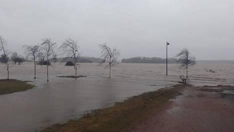 Arabianrannassa merivesi on tulvinut Toukolan rantapuistoon.