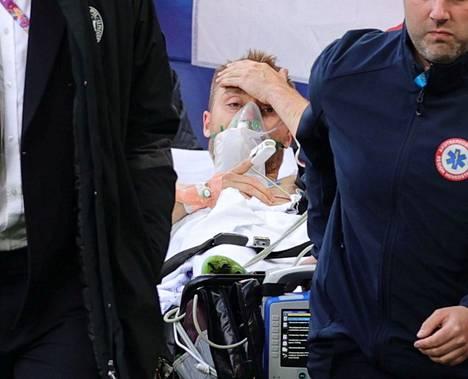 Kun Erikseniä kannettiin pois stadionilta, oli hän jo tajuissaan. Reutersin kuvaajan ottama kuva tajuissaan olevasta Eriksenistä levitti huojennusta katsojissa.