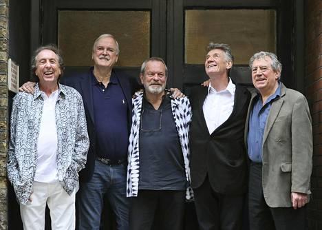 Monty Pythonin elossaolevat jäsenet Eric Idle, John Cleese, Terry Gilliam, Michael Palin ja Terry Jones iloisessa ryhmäkuvassa. Koomikkoryhmän kuudes jäsen Graham Chapman kuoli vuonna 1989.