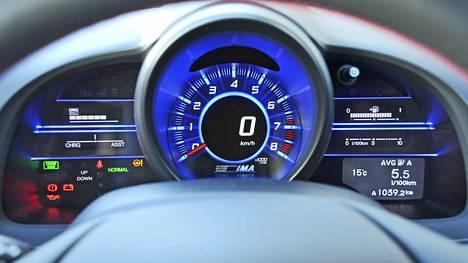 Honda CR-Z GT on japanilainen näkemys pikkusportista. Mittariston yleisilme on pirteä.
