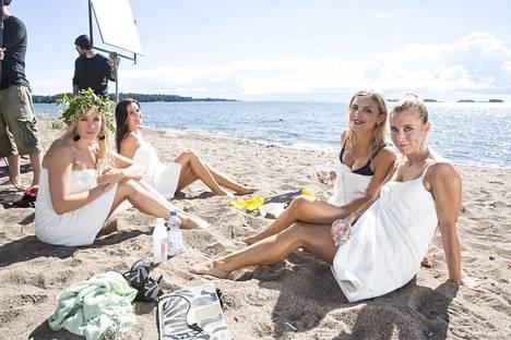 Monika Lindeman, Johanna Puhakka, Irina Vartia ja Nora Rinne viihtyivät rantakuvauksissa.