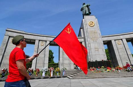 Neuvostoliiton lippui liehui antautumispäivän muistoksi Berliinin Tiergartenissa perjantaina.