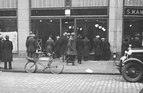 Kadunkulkijat ihmettelivät uutta Alkon myymälää Kaisaniemenkadulla Helsingissä 5.4.1932.