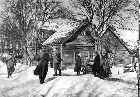 Inkerissä keväällä 1943: suomalaisen siirtokomission jäseniä Kupanitsan Serepitsan kylässä vain viitisenkymmentä kilometriä Leningradista.