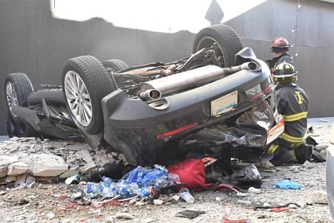 Neljännestä kerroksesta pudonnut auto murskaantui.