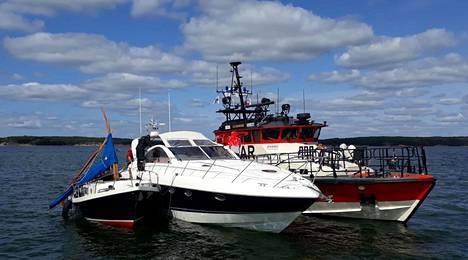 Merivartiosto jakoi Twitterissä kuvan, jossa näkyy onnettomuusveneet.