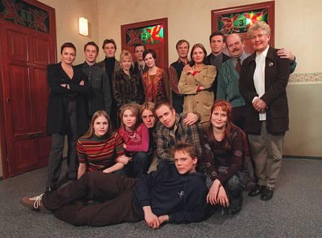 Tältä näytti Salattujen elämien kokoonpano sarjan alkaessa vuonna 1999.