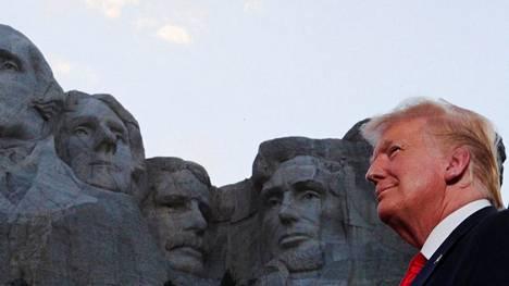 Trump kuvattuna Rushmore-vuoreen veistetyn muistomerkin edessä 3. heinäkuuta 2020. Veistos on valmistunut vuonna 1941.