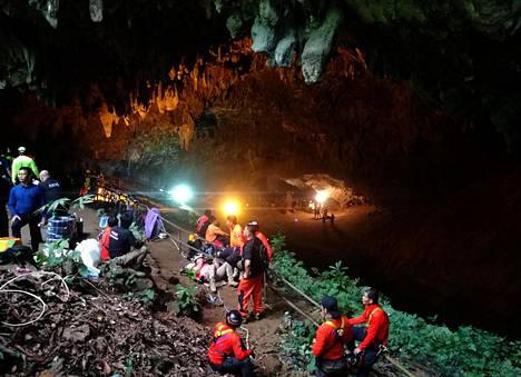 Suurenmoiseen pelastusoperaatioon osallistui kymmeniä pelastajia. Viime vuoden 25. kesäkuuta vuonna pelastusviranomaiset tekivät suunnitelmaa, miten pojat pelastetaan.