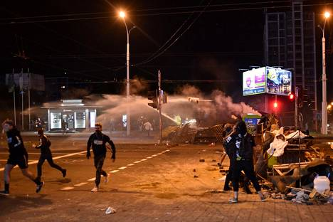 Uutistoimisto AFP:n ja silminnäkijöiden mukaan poliisi on ampunut kumiluoteja sekä käyttänyt kyynelkaasua ja vesitykkejä hajottaakseen mielenosoituksia Valko-Venäjällä.