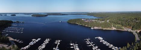 Näissä maisemissa Lammassaaren satamassa Imatralla on vetouistelun SM-kisojen keskus. Itse kilpailualue on laajalla alueella Saimaalla.